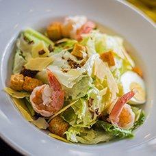Салат «Цезарь» с креветками: 9 рецептов