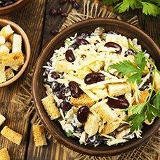 Салат с фасолью и сухариками: рецепты