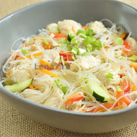 Салат с фунчозой, овощами и курицей