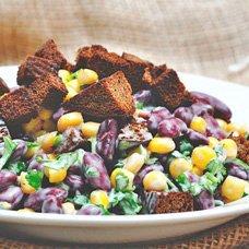 Салат с сухариками, кукурузой и фасолью: рецепты