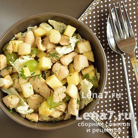 Теплый салат с курицей и фруктами