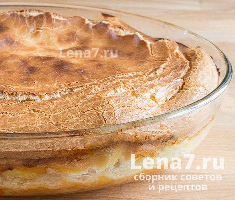 Готовый пирог в форме для выпекания