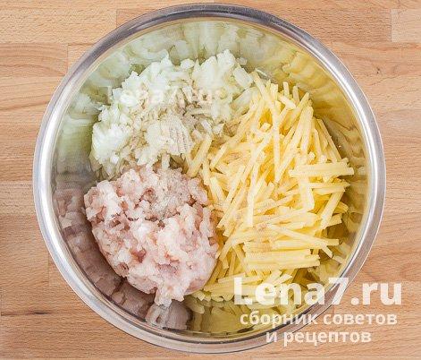 Выложенные в миску лук, картофель, фарш, соль и перец.