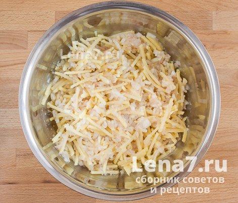 Перемешанные ингредиенты – начинка пирога в миске