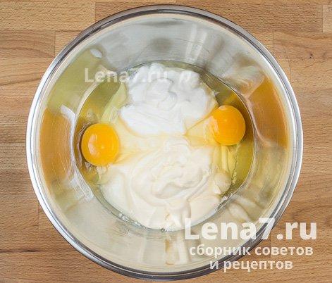 Выложенные в миску для смешивания сметана, майонез и яйца.