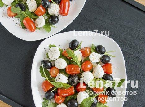 Салат с черри, моцареллой и рукколой